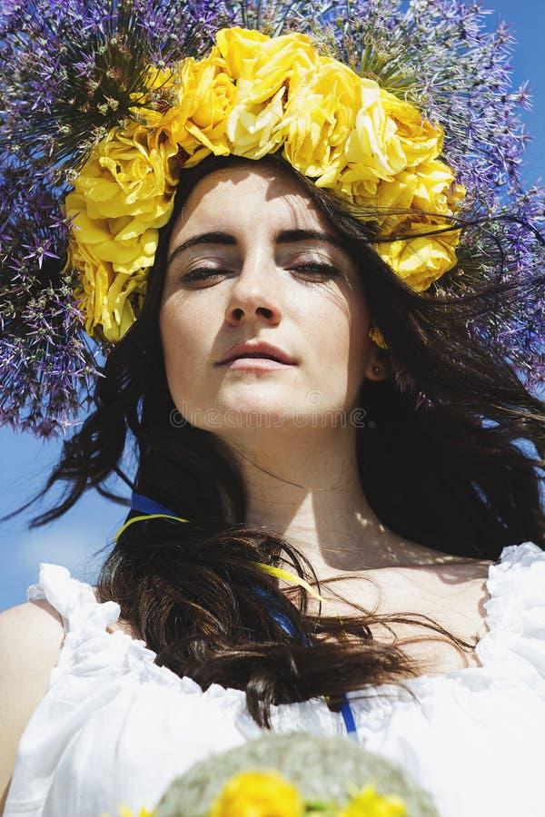 Retrato del anillo hermoso joven de la mujer de flores en la cabeza foto de archivo