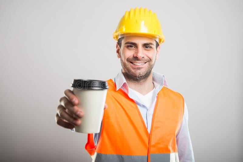 Retrato del arquitecto que ofrece la taza de café para llevar foto de archivo libre de regalías