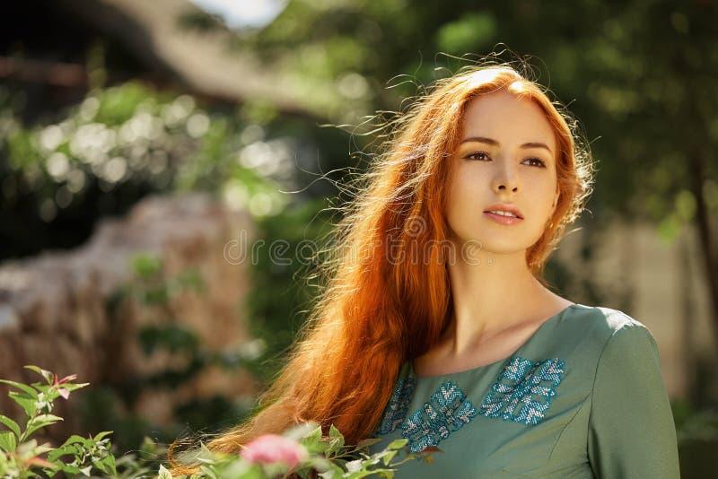 Retrato del arte de la muchacha hermosa con el pelo rojo largo fotos de archivo