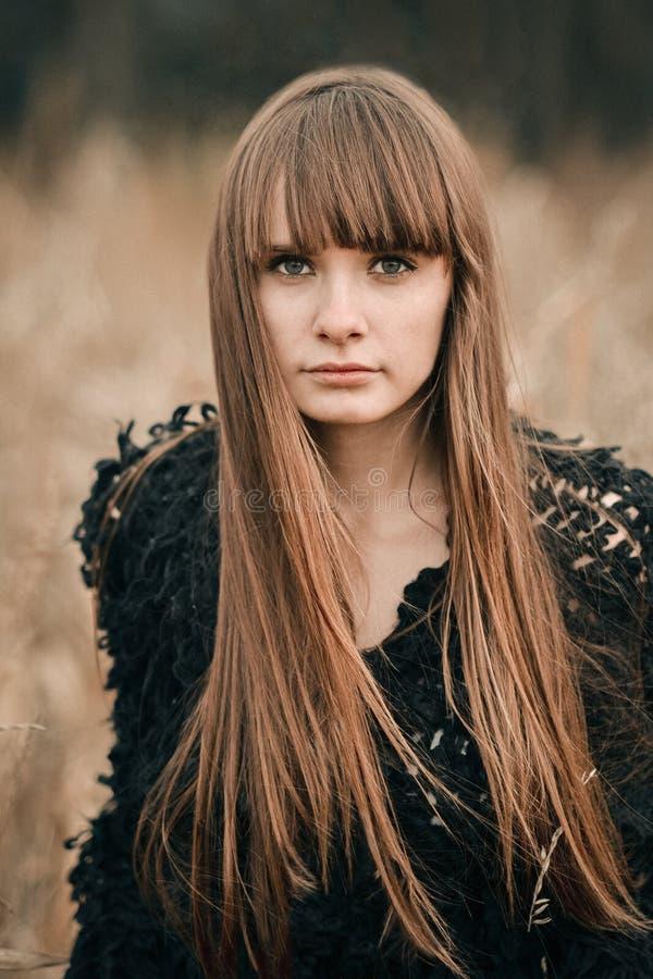 Retrato del arte de la muchacha seria hermosa muchacha morena magnífica, retrato en otoño al aire libre Retrato del estilo de la  imágenes de archivo libres de regalías