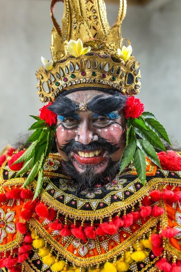 Retrato del artista del balinese como rey malvado Ravana en ceremonia tradicional de la danza del fuego de Kecak en el templo hin imagen de archivo