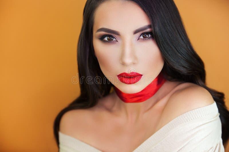 Retrato del artista de maquillaje profesional de la muchacha hermosa de la muchacha imagen de archivo libre de regalías