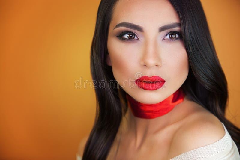 Retrato del artista de maquillaje profesional de la muchacha hermosa de la muchacha foto de archivo libre de regalías