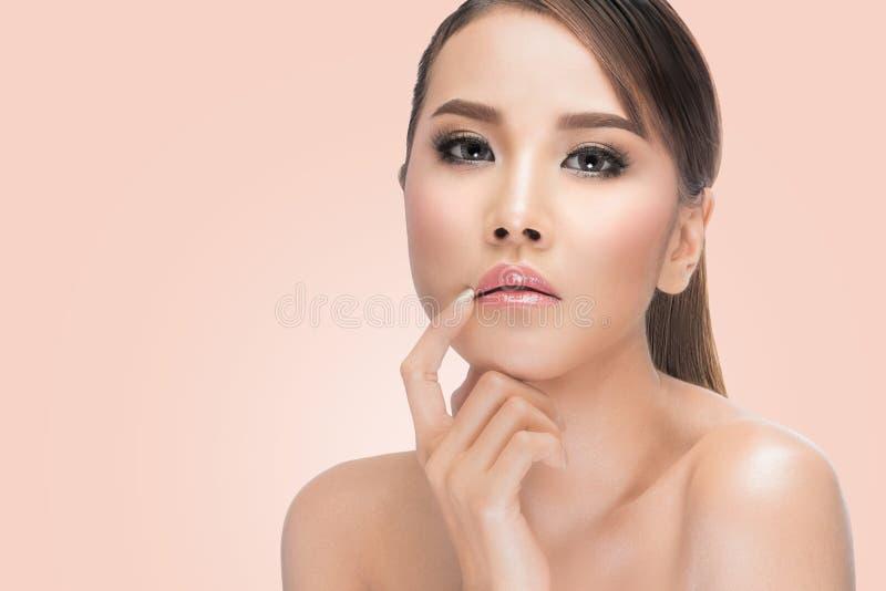 Retrato del asiático de la belleza Mujer hermosa que toca sus labios Piel fresca perfecta imagenes de archivo