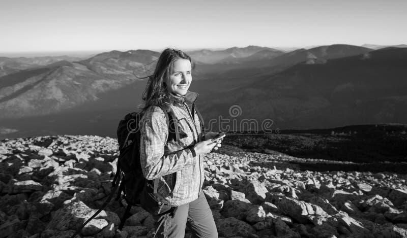 Retrato del backpacker de la mujer en el top rocoso de la montaña fotos de archivo