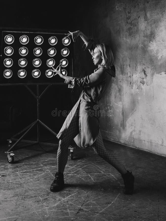 Retrato del baile rubio de la mujer en el desván imagen de archivo libre de regalías