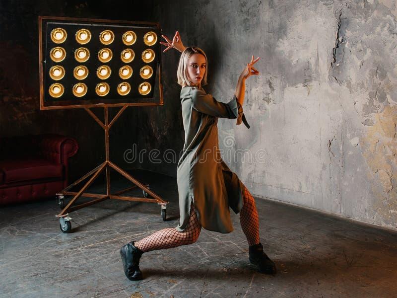 Retrato del baile rubio de la mujer en el desván imagenes de archivo