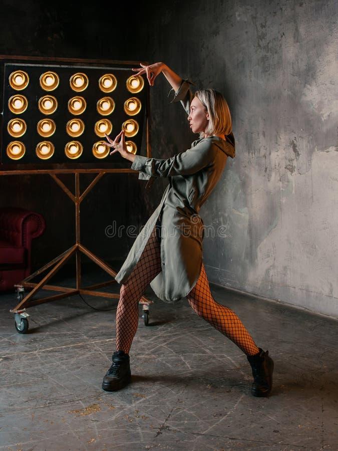 Retrato del baile rubio de la mujer en el desván foto de archivo libre de regalías