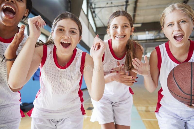 Retrato del baloncesto femenino Team Celebrating On Court de la High School secundaria imagen de archivo libre de regalías
