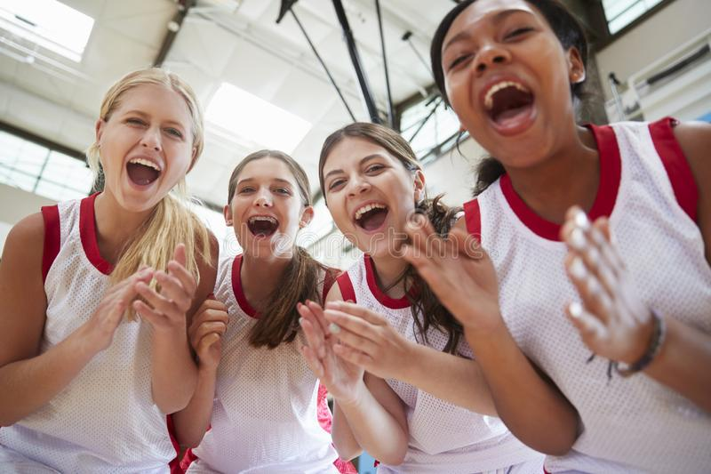 Retrato del baloncesto femenino Team Celebrating On Court de la High School secundaria imagen de archivo