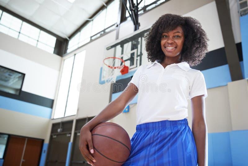 Retrato del baloncesto femenino Team Coach de la High School secundaria foto de archivo libre de regalías