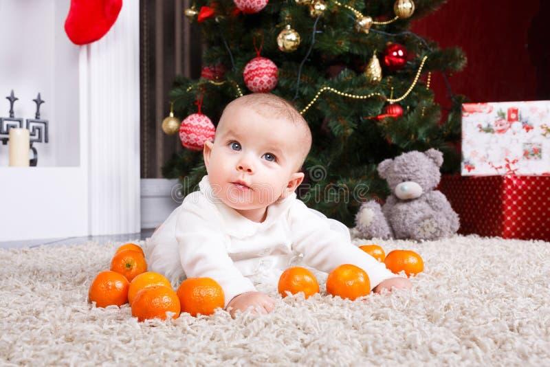 Retrato del bebé con la mandarina fotos de archivo
