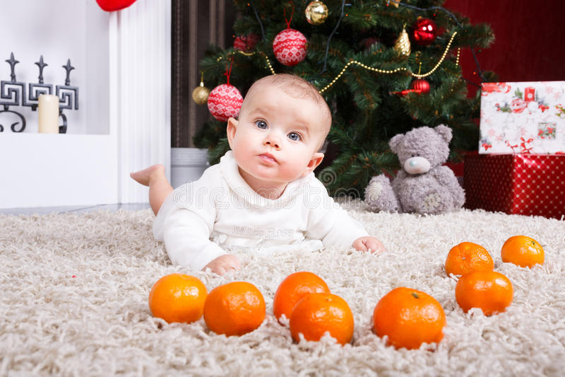 Retrato del bebé con la mandarina fotografía de archivo libre de regalías