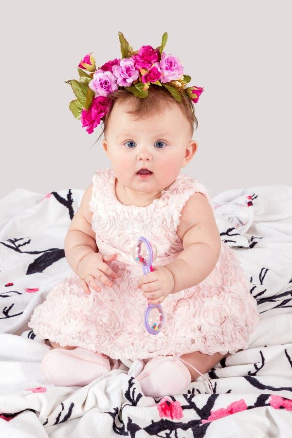 Retrato del bebé con un traqueteo en la manta foto de archivo libre de regalías