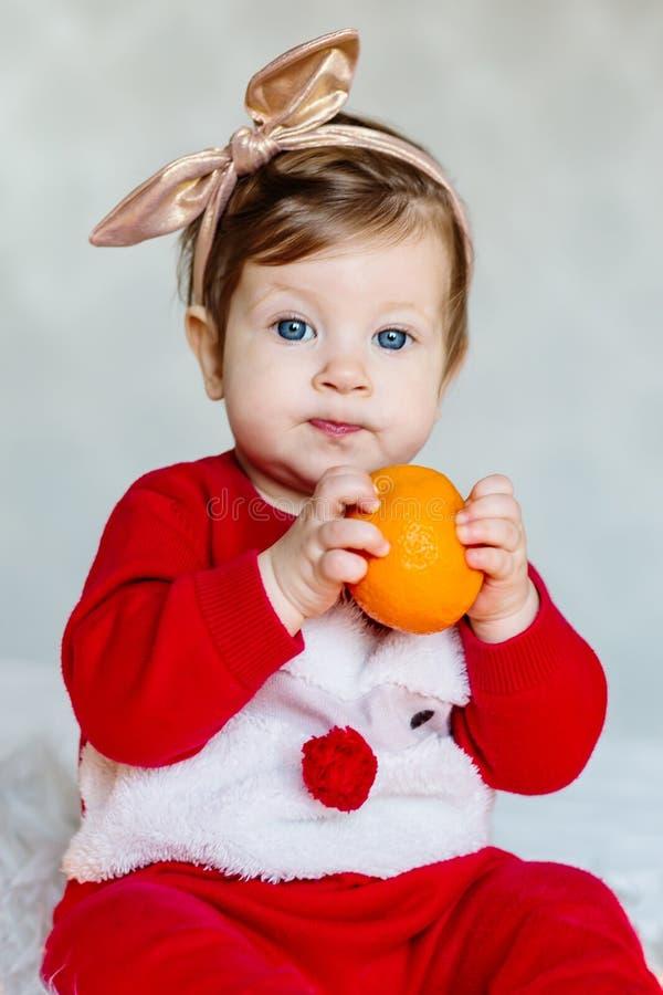 Retrato del bebé elegante vestido como ayudante de Papá Noel fotografía de archivo libre de regalías