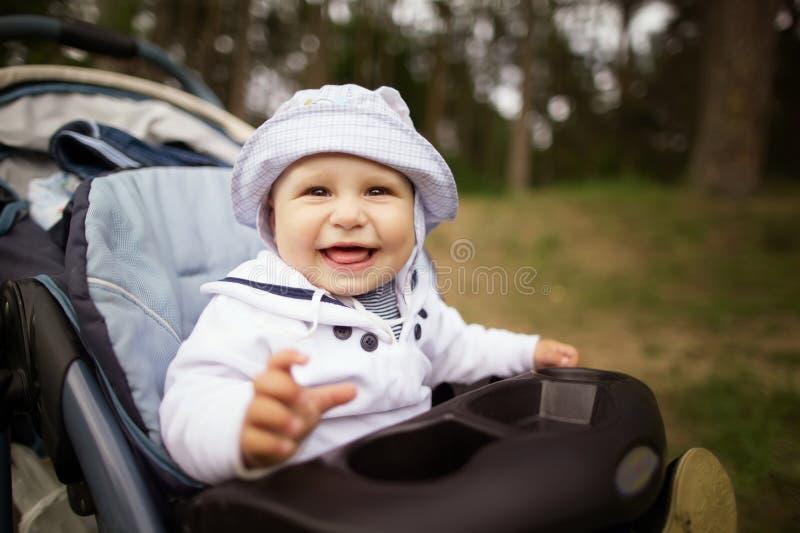 Retrato del bebé en carro de bebé fotografía de archivo