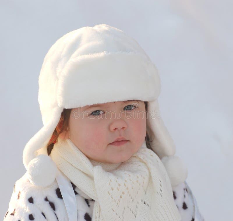 Retrato del bebé en invierno foto de archivo