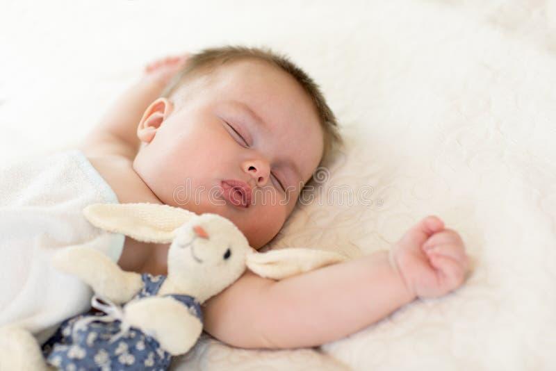 Retrato del bebé lindo que duerme en la colcha, cierre encima de la visión imágenes de archivo libres de regalías