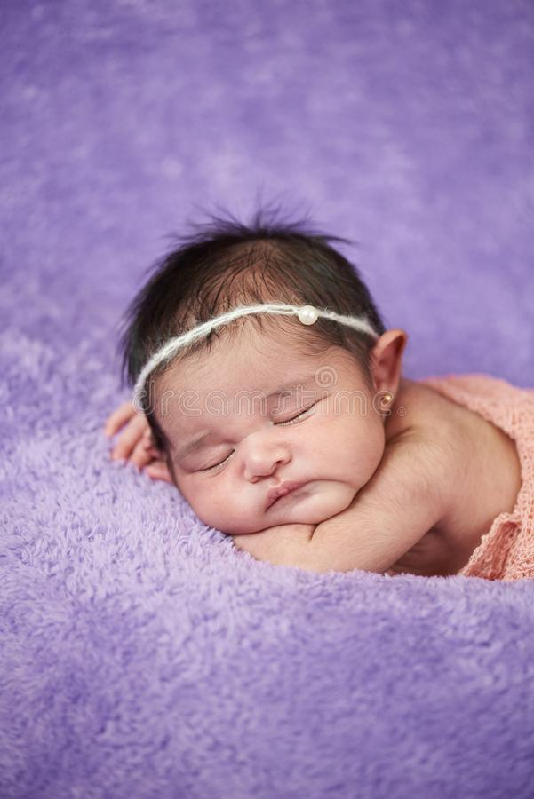 Retrato del bebé recién nacido durmiente imágenes de archivo libres de regalías