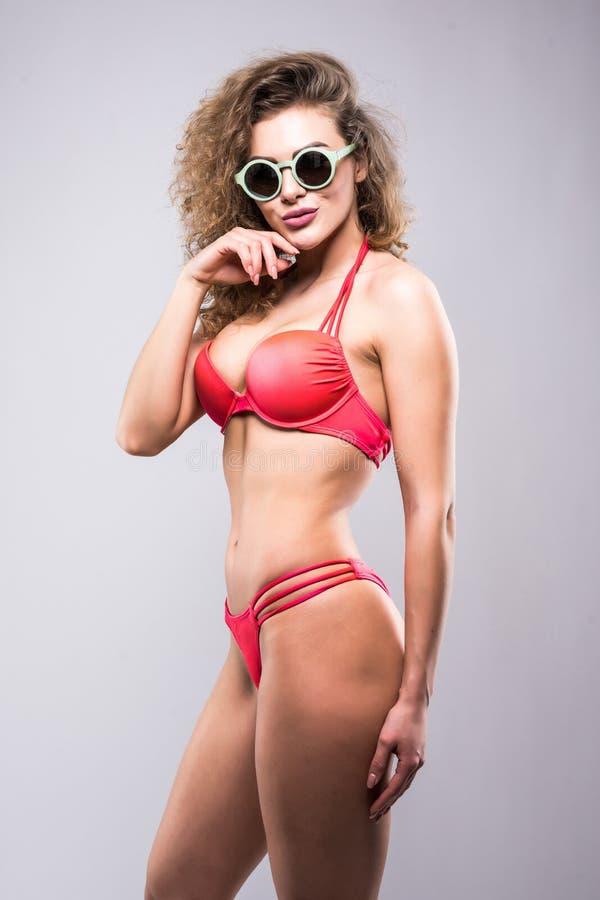 Retrato del bikini y de gafas de sol que llevan femeninos, aislado en blanco Concepto de vacaciones de verano y de viajar imagen de archivo libre de regalías