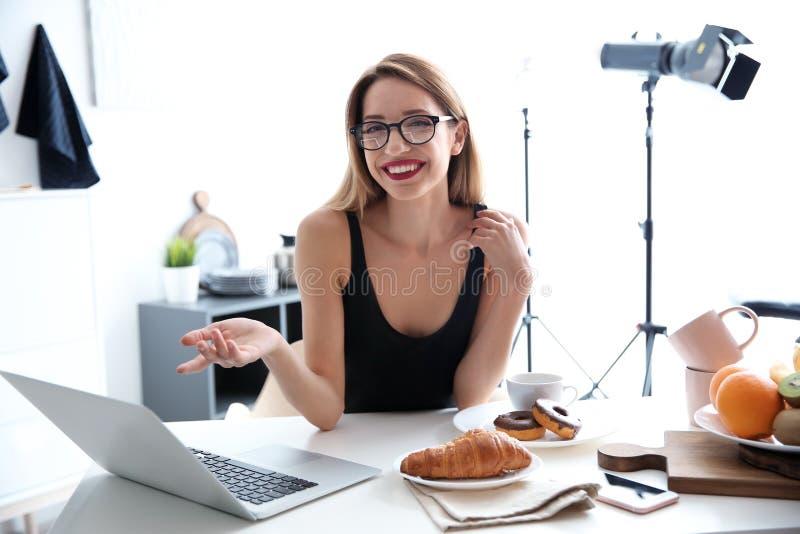 Retrato del blogger de la comida con el ordenador portátil fotografía de archivo libre de regalías