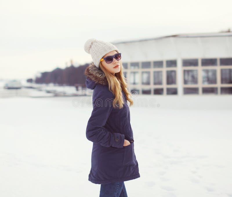 Retrato del blonde hermoso en estilo urbano del invierno foto de archivo libre de regalías