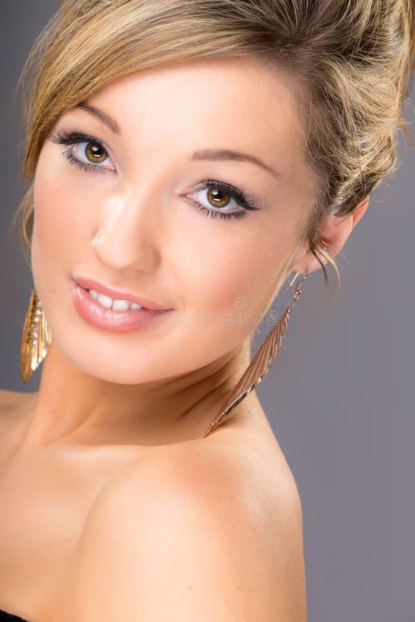 Retrato del blonde joven lindo, en fondo gris foto de archivo libre de regalías