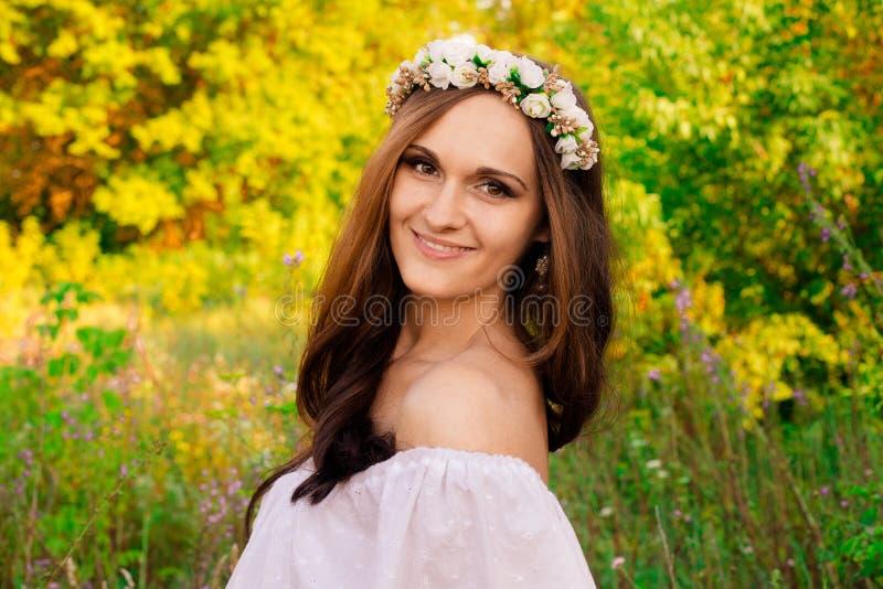 Retrato del blonde sensual con las flores en su cabeza Muchacha sonriente linda en primavera el día soleado Muchacha hermosa con  imágenes de archivo libres de regalías