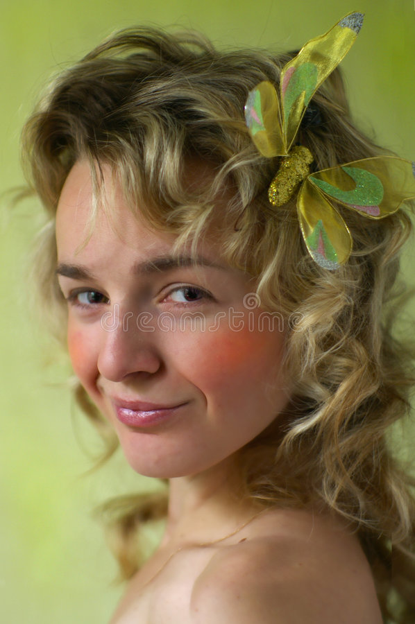 Retrato del blonde sonriente rizado joven. imagen de archivo