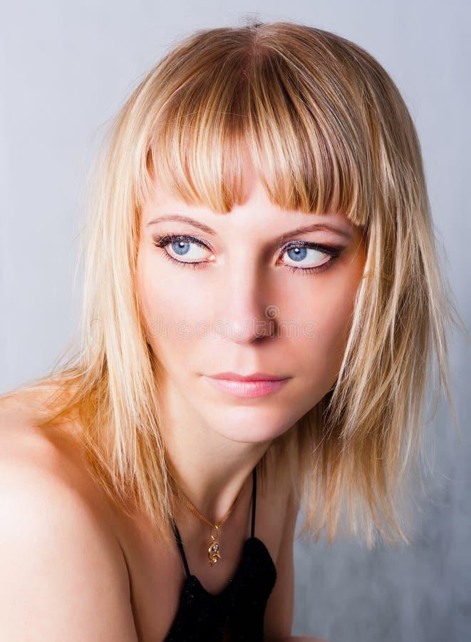 Retrato del blondes de ojos azules hermosos fotos de archivo libres de regalías