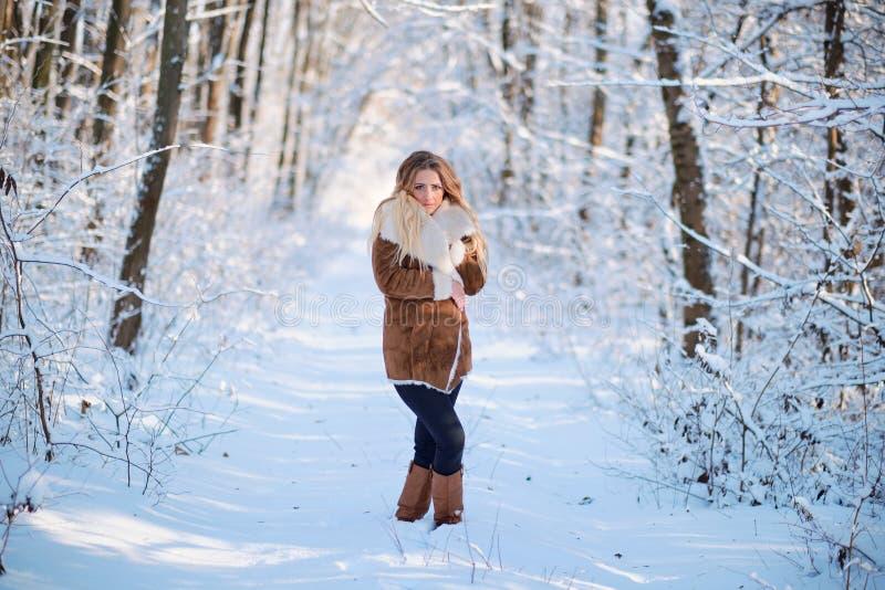 Retrato del bosque rubio joven hermoso del invierno de la mujer imágenes de archivo libres de regalías
