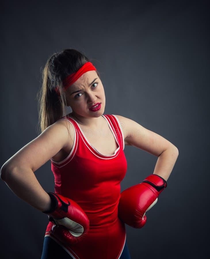 Retrato del boxeador de sexo femenino en guantes de boxeo rojos fotografía de archivo libre de regalías