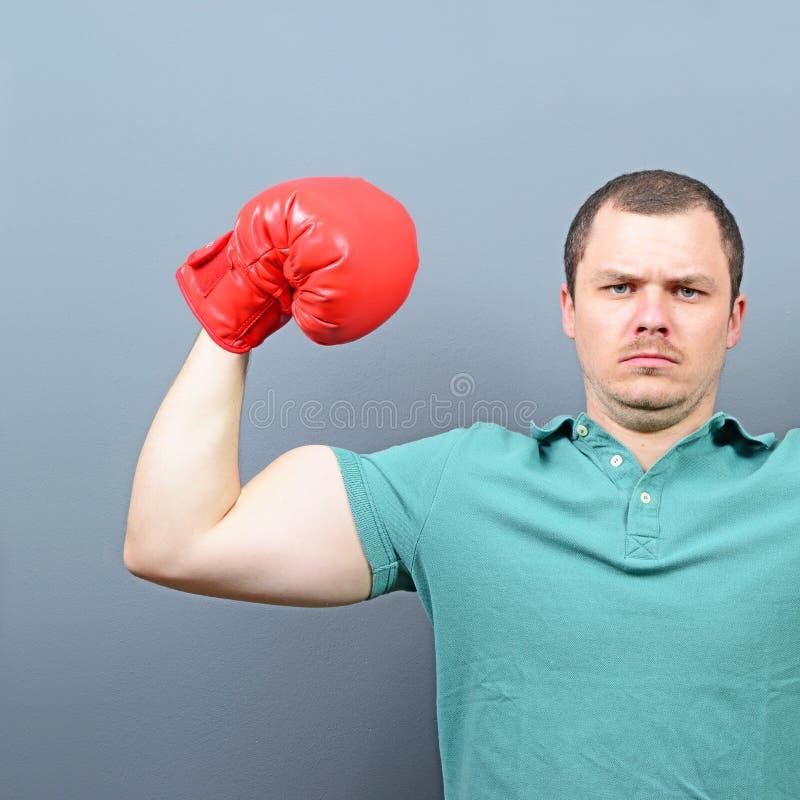 Retrato del boxeador divertido contra fondo gris fotos de archivo libres de regalías
