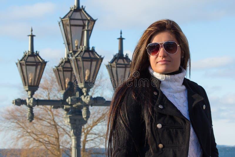 Retrato del brunette joven con la linterna en parque fotografía de archivo