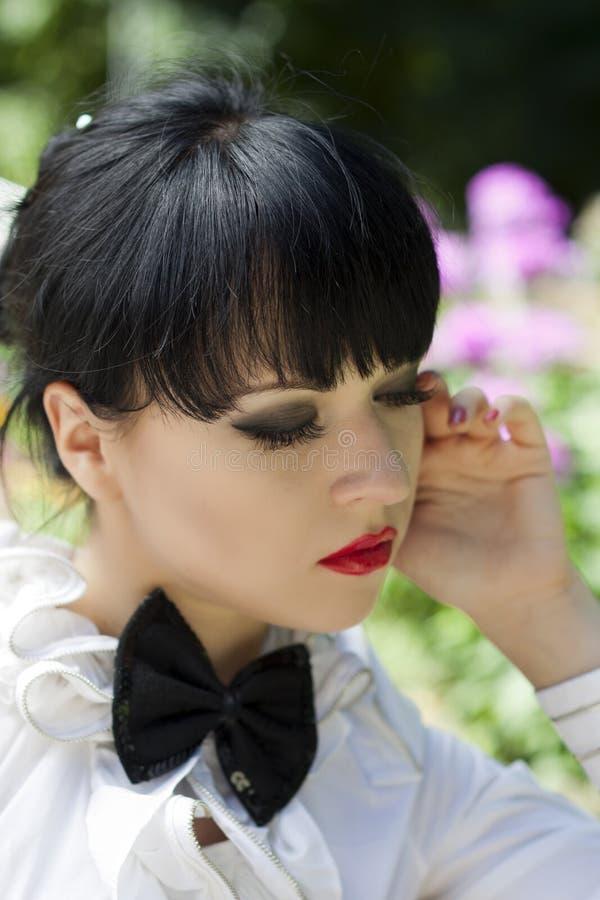 Retrato del brunette joven en un lazo imágenes de archivo libres de regalías