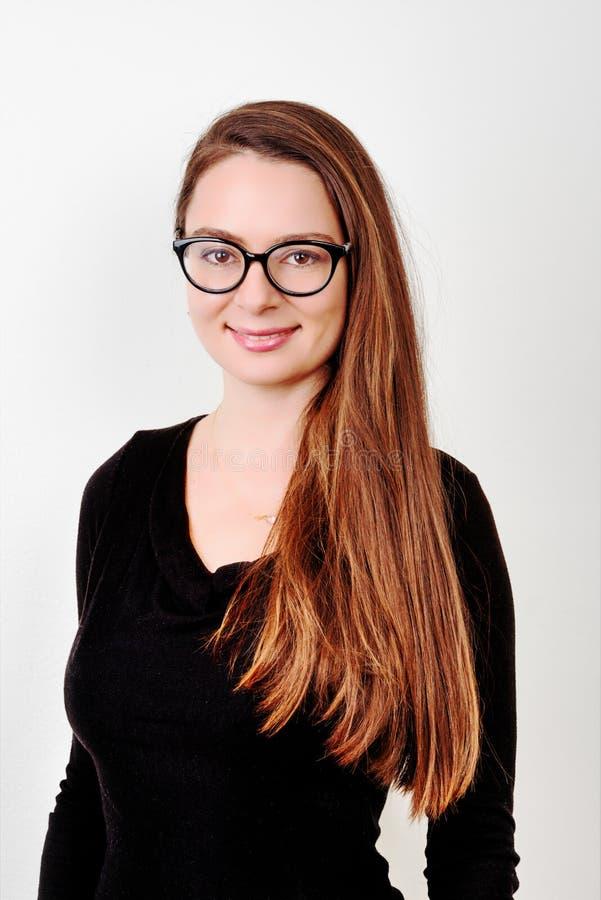 Retrato del brunette sonriente joven fotos de archivo
