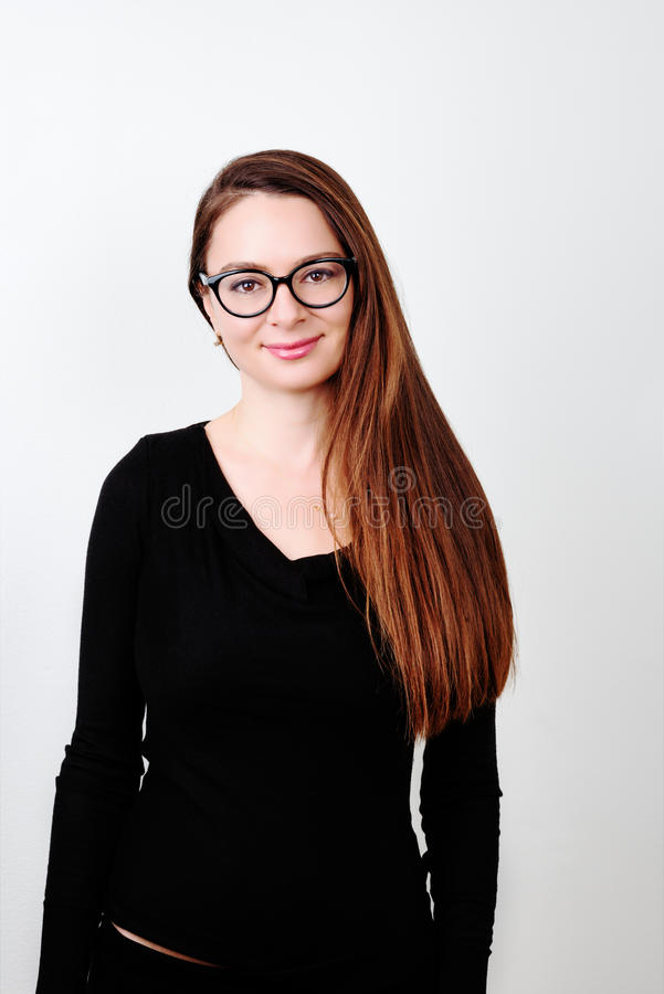 Retrato del brunette sonriente joven fotos de archivo libres de regalías