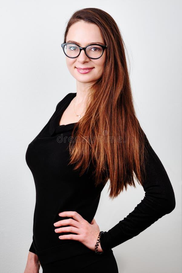 Retrato del brunette sonriente joven imagen de archivo libre de regalías