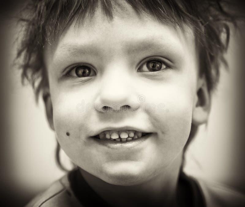 Retrato del BW del muchacho sonriente imagen de archivo libre de regalías