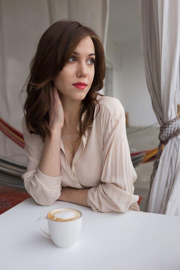 Retrato del café de consumición de la mujer sensual joven en un mirador del café Concepto de relajaci?n y de ocio de la ciudad fotos de archivo libres de regalías