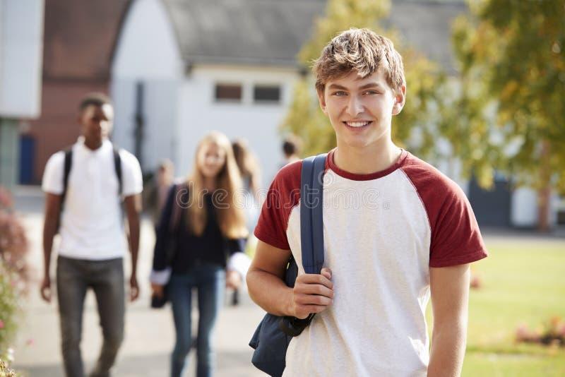 Retrato del campus adolescente masculino de Walking Around College del estudiante imagen de archivo