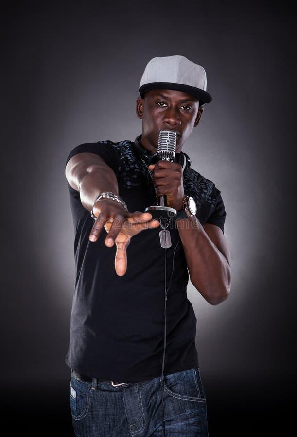Retrato del cantante de sexo masculino del hip-hop imagen de archivo libre de regalías