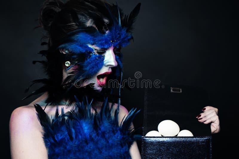 Retrato del carácter de Halloween Modelo con maquillaje, plumas y huevos del pájaro imagen de archivo libre de regalías