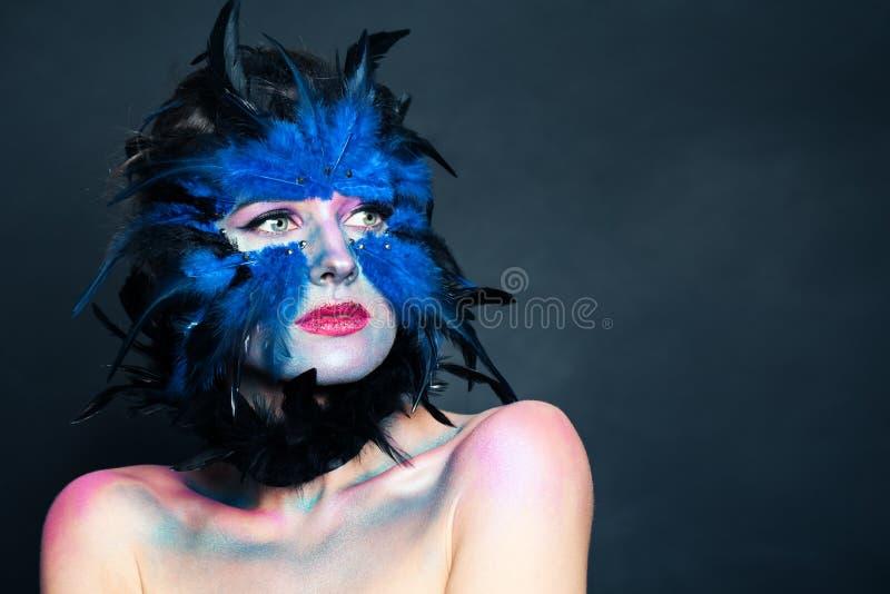 Retrato del carácter de Halloween Mujer con maquillaje azul creativo del pájaro en fondo oscuro fotos de archivo libres de regalías
