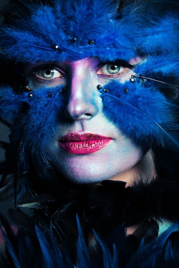 Retrato del car?cter de Halloween Primer de la cara de la mujer con maquillaje del pájaro fotografía de archivo