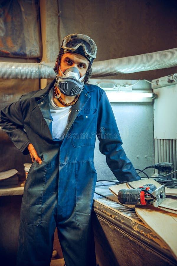 Retrato del carpintero profesional serio foto de archivo
