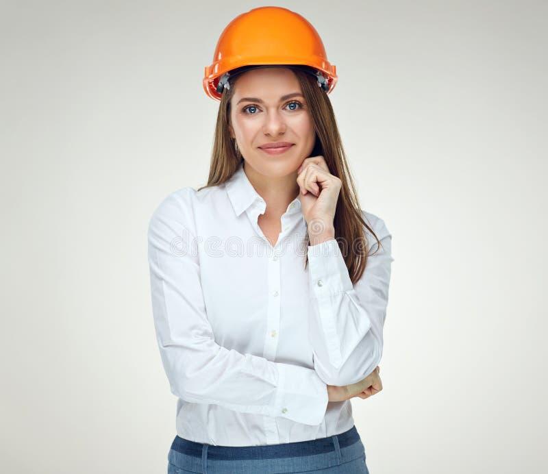 Retrato del casco del constructor de la empresaria que lleva confiada joven fotos de archivo libres de regalías