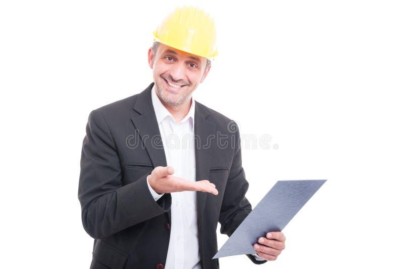 Retrato del casco de protección que lleva del contratista que muestra el tablero imágenes de archivo libres de regalías