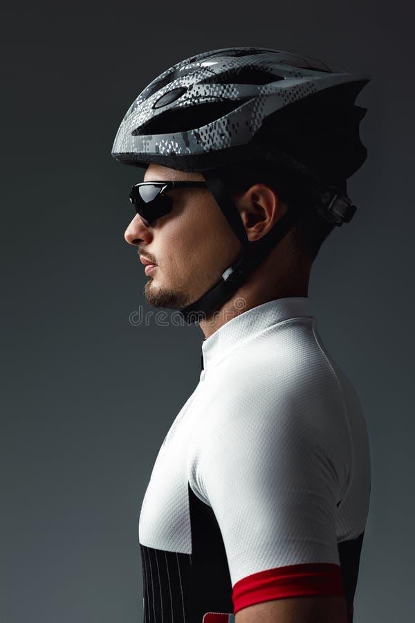 Retrato del casco que lleva del ciclista fotos de archivo libres de regalías