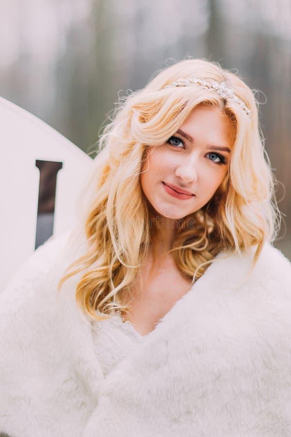 Retrato del cierre rubio hermoso de la novia para arriba Bosque del otoño en fondo imágenes de archivo libres de regalías
